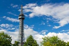Torre dell'allerta di Petrin (1892), somigliante alla torre Eiffel, parco della collina di Petrin, Praga, repubblica Ceca Immagini Stock Libere da Diritti