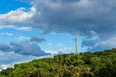 Torre dell'allerta di Petrin (1892), somigliante alla torre Eiffel, parco della collina di Petrin, Praga, repubblica Ceca Fotografia Stock Libera da Diritti