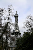 Torre dell'allerta di Petrin (1892), somigliante alla torre Eiffel, parco della collina di Petrin, Praga, repubblica Ceca Fotografie Stock