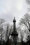 Torre dell'allerta di Petrin (1892), somigliante alla torre Eiffel, parco della collina di Petrin, Praga, repubblica Ceca Immagine Stock Libera da Diritti