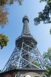 Torre dell'allerta di Petrin sopra la città di trascuratezza della collina Fotografie Stock