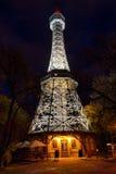 Torre dell'allerta di Praga con l'illuminazione di notte Fotografia Stock
