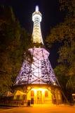 Torre dell'allerta di Praga sulla collina di Petrin con l'illuminazione di notte Fotografia Stock