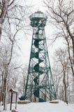 Torre dell'allerta sulla cima della montagna di Studenec in repubblica Ceca nell'inverno Immagini Stock Libere da Diritti