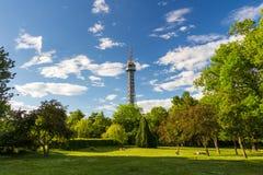 Torre dell'allerta sulla collina di Petrin nel parco di fioritura della molla Immagini Stock