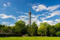 Torre dell'allerta sulla collina di Petrin nel parco di fioritura della molla Immagine Stock