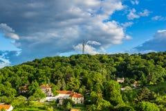 Torre dell'allerta sulla collina di Petrin nel parco di fioritura della molla Fotografia Stock