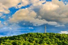 Torre dell'allerta sulla collina di Petrin nel parco di fioritura della molla Fotografie Stock