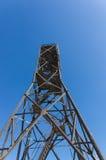 Torre dell'alto metallo sul fondo del cielo blu Immagine Stock Libera da Diritti