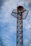 Torre dell'altoparlante con la torre altoparlante/del cielo/altoparlante sull'alta torre con il fondo del cielo Fotografie Stock