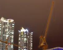 Torre dell'appartamento con le gru di costruzione Immagine Stock Libera da Diritti