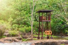 Torre dell'orologio di sicurezza alla cascata di tonnellata di Tat nella stagione delle pioggie in anticipo dentro Fotografia Stock Libera da Diritti