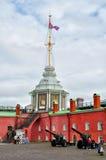 Torre della bandiera con la bandiera russa della marina e bastione di Naryshkin sul territorio di Peter e di Paul Fortress a St P Immagine Stock Libera da Diritti