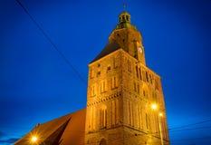 Torre della cattedrale del ` s di St Mary in Gorzow Wielkopolski, Polonia a penombra immagini stock