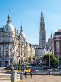 Torre della cattedrale della nostra signora con la scena della città di Anversa Fotografie Stock Libere da Diritti