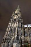 Torre della cattedrale di Colonia o di alta cattedrale di St Peter di notte Fotografia Stock