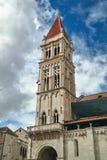 Torre della cattedrale medievale nella città di Traù Fotografia Stock
