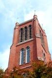 Torre della chiesa cattolica del ` s di St Mary in Kitchener, Ontario con gli alberi nella parte anteriore immagini stock