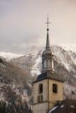 Torre della chiesa del villaggio nell'inverno, Francia di Chamonix-Mont-Blanc. Fotografia Stock Libera da Diritti