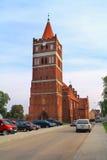 Torre della chiesa luterana di Friedland con un orologio nello stile gotico Immagine Stock Libera da Diritti