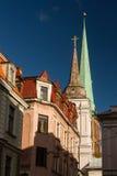 Torre della costruzione di chiesa a Riga, Lettonia Fotografia Stock
