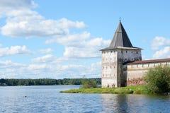 Torre della fortezza del monastero di Kirillo-Belozersky di giorno fotografia stock