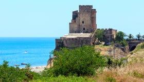 Torre della fortificazione sulla costa di mare ionico, Italia del sud immagine stock