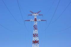 Torre della linea elettrica sopra contro cielo blu Fotografia Stock Libera da Diritti