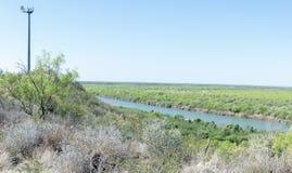 Torre della macchina fotografica della pattuglia di frontiera degli Stati Uniti che guarda sopra Rio G Fotografia Stock