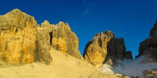 Torre della montagna rocciosa delle dolomia al tramonto, Dolomiti di Brenta Fotografia Stock