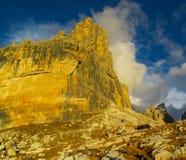 Torre della montagna rocciosa delle dolomia al tramonto, Dolomiti di Brenta Fotografie Stock