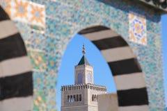 Torre della moschea e modelli ceramici islamici della decorazione sulla parete Fotografia Stock