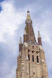 Torre della muratura contro il cielo nuvoloso Bruges Fotografia Stock Libera da Diritti