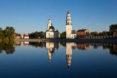 Torre della pendenza di Demidov e la cattedrale di Spaso-Preobraženskij Nevyansk La Russia Fotografia Stock Libera da Diritti