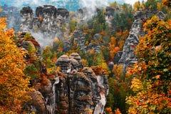 Torre della roccia dell'arenaria nella valle profonda di autunno del Bohemian Svizzera del parco nazionale fotografia stock