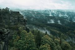 Torre della roccia dell'arenaria nella valle profonda di autunno del Bohemian Svizzera del parco nazionale immagini stock