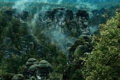 Torre della roccia dell'arenaria nella valle profonda di autunno del Bohemian Svizzera del parco nazionale fotografie stock
