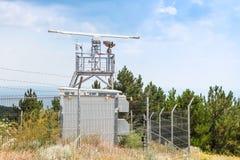 Torre della stazione radar di osservazione con i dispositivi Immagini Stock Libere da Diritti