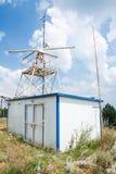 Torre della stazione radar di osservazione con il radar Fotografie Stock