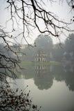 Torre della tartaruga (Thap Rua) con i rami asciutti dell'albero su priorità alta nella mattina nebbiosa Stagione invernale nel l Fotografia Stock