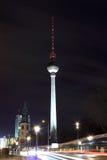 Torre della televisione a Berlino di notte Immagini Stock Libere da Diritti