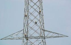 Torre della trasmissione di elettricità con i lavoratori fotografie stock