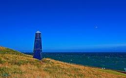 Torre della zappa di Samphire con il gabbiano che sorvola lungo il Ciiffs bianco della linea costiera di Dover Fotografia Stock