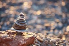 Torre delle pietre nella forma dell'albero di natale sul fondo del bokeh della scintilla di natale con lo spazio della copia Immagini Stock Libere da Diritti