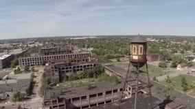 Torre di acqua aerea della pianta di Detroit Packard stock footage