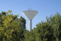 Torre di acqua alta con il fondo nuvoloso del cielo blu Fotografie Stock Libere da Diritti