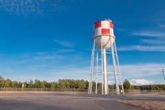 Torre di acqua con progettazione a quadretti Fotografia Stock Libera da Diritti