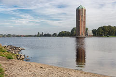 Torre di acqua vicino al lago in Aalsmeer, Paesi Bassi fotografia stock
