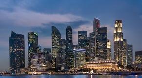 Torre di affari di Singapore alla notte, al paesaggio urbano ed all'orizzonte Fotografie Stock Libere da Diritti
