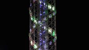 Torre di alfabeto alla notte sull'argine a Batumi, Georgia archivi video